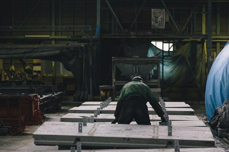 郡家コンクリート工業の製作現場(職人)