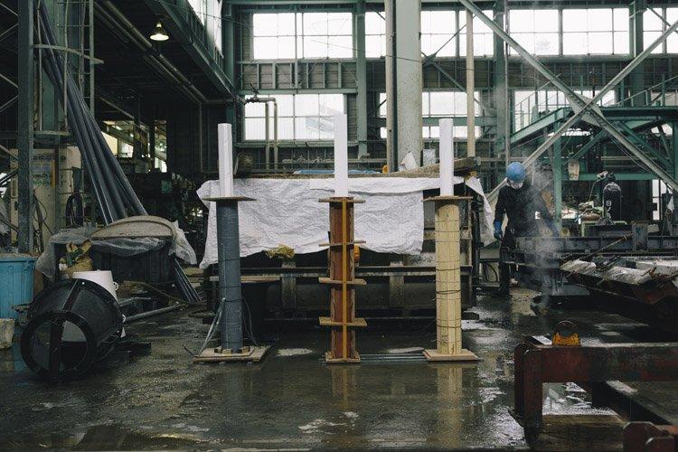 郡家コンクリート工業の製造風景(軽量化のための芯材)